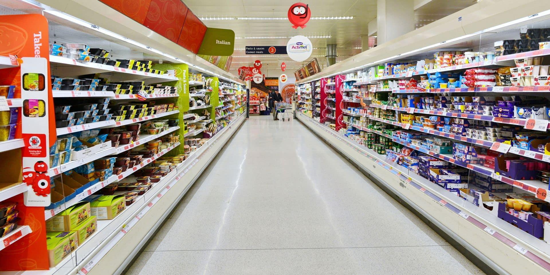 Un homme devient fou dans un magasin et vide les rayons après qu'on lui ait demandé de porter un masque (VIDEO)