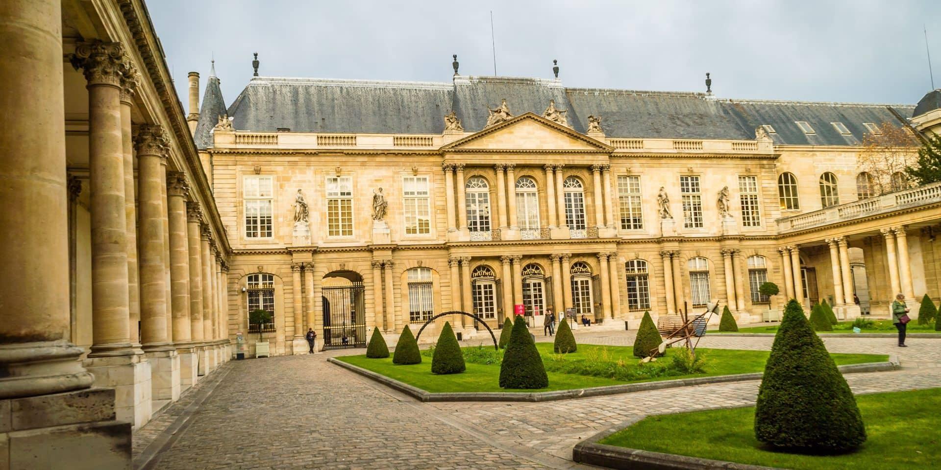 """""""Stupidité"""", """"catastrophe culturelle en cours""""... Un musée parisien transforme Louis XIV en Louis 14 et s'attire les foudres de l'Italie"""