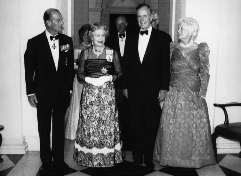 Les Bush reçoivent la reine Elizabeth II et le prince Philip à l'ambassade du Royaume-Uni en mai 1991.