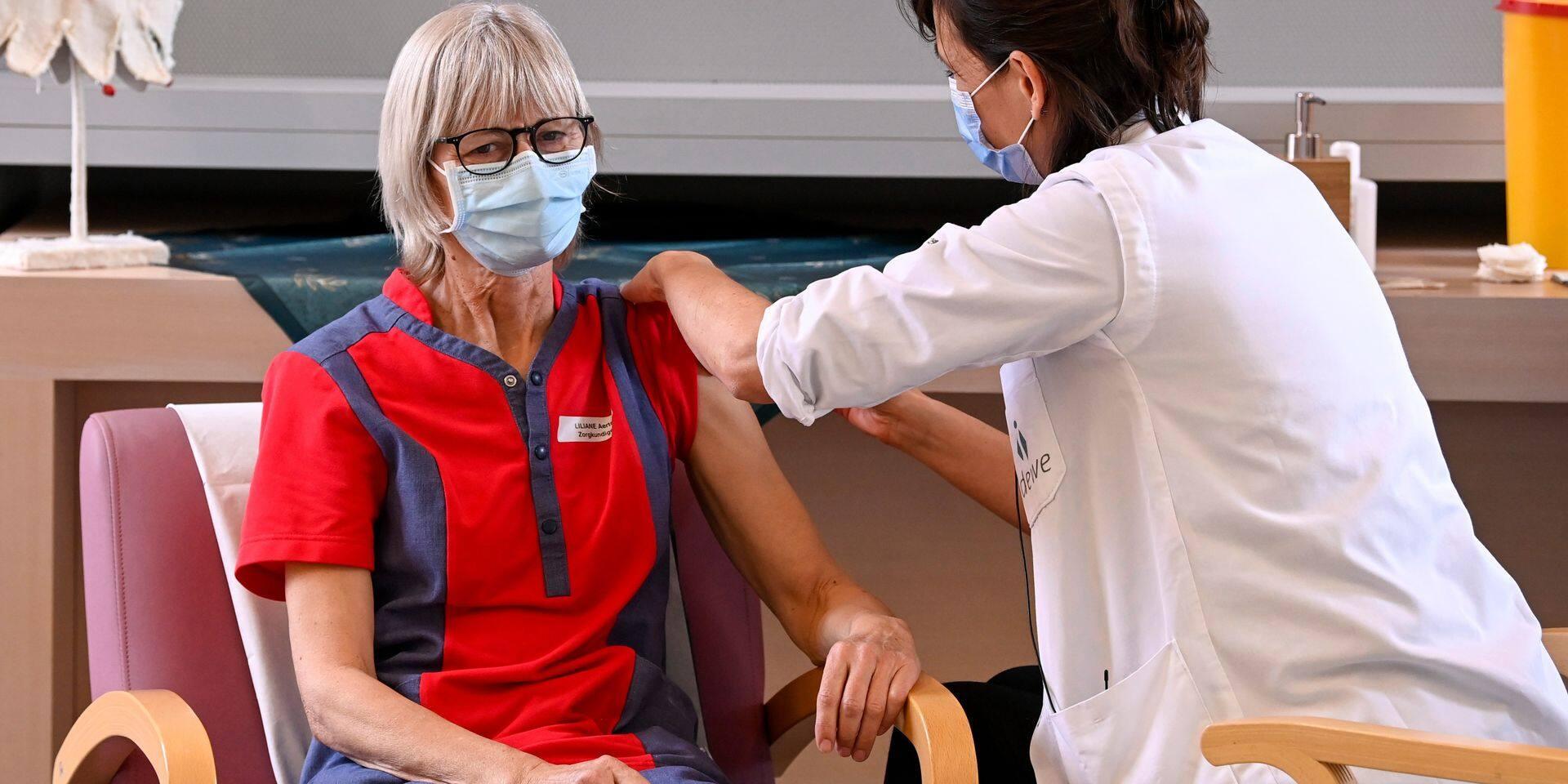 """""""Très curieux que des gens dont le métier est de soigner des gens refusent le vaccin"""" : faut-il rendre le vaccin obligatoire pour le personnel des maisons de repos ?"""