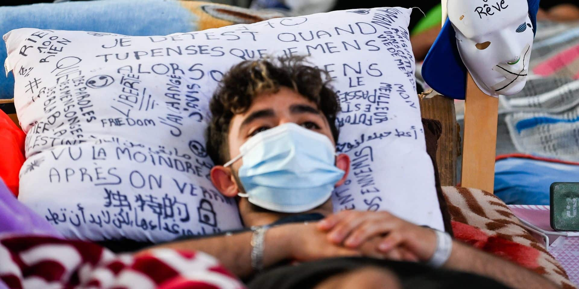 Grève de la faim de sans-papiers: 28.000 signatures remises à Sammy Mahdi