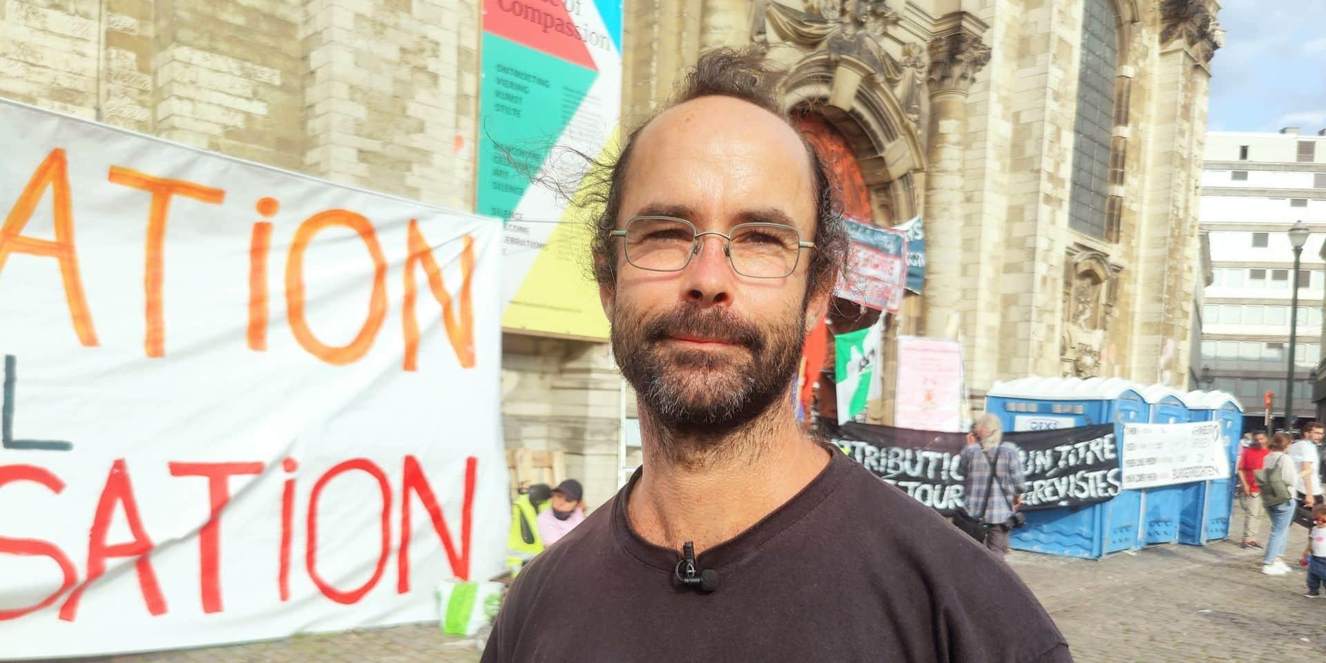 """Grève de la faim des sans-papiers: """"C'est une honte pour la Belgique"""", juge le militant français Cédric Herrou"""