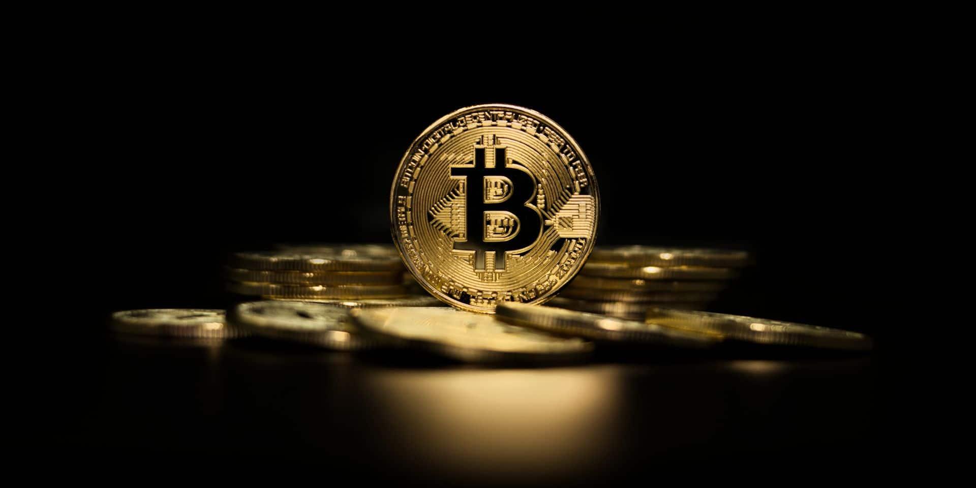 Le bitcoin explose son record en dépassant les 64 000 dollars
