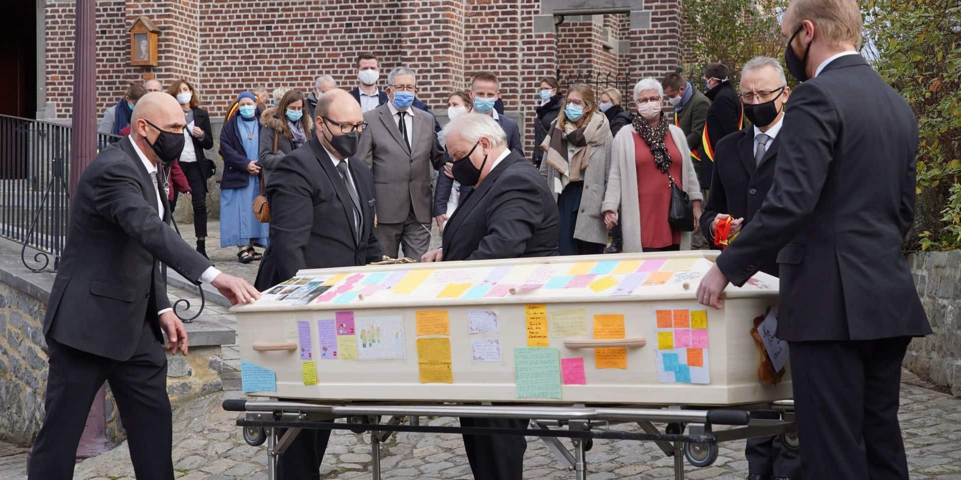 Court-Saint-Étienne rend hommage à l'échevin Stéphane Ravet, décédé du coronavirus (photos)