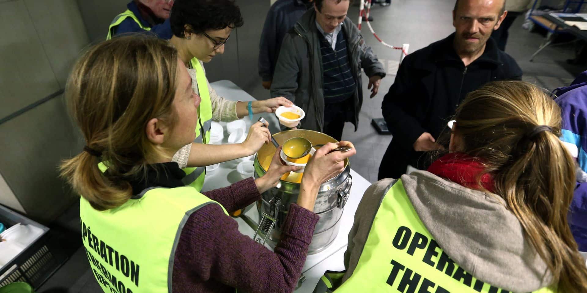 """L'ASBL """"Opération Thermos"""" distribue 150 repas par jour aux sans-abris pendant l'hiver. Cette opération, qui débute ce samedi, se déroulera avec plus de sérénité que d'habitude. L'ASBL change en effet de locaux: elle passe de la gare centrale à la station de métro """"Botanique"""". Une décision qui suscite l'engouement du personnel. """"L'équipe est d'accord à l'unanimité"""", explique Le président de l'opération, Daniel Halconruy, au micro de Gilles Lejeune."""