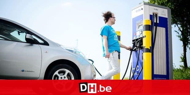 04 May 2018, Germany, Neuenstein: A man charging his car at a charge column for electric vehicles. Baden-Wuerttemberg's Minister for Agriculture from the Christian Democratic Union (CDU) is demanding a rapid developmet of charge columns for electic cars in rural areas. Photo: Sina Schuldt/dpa Reporters / DPA