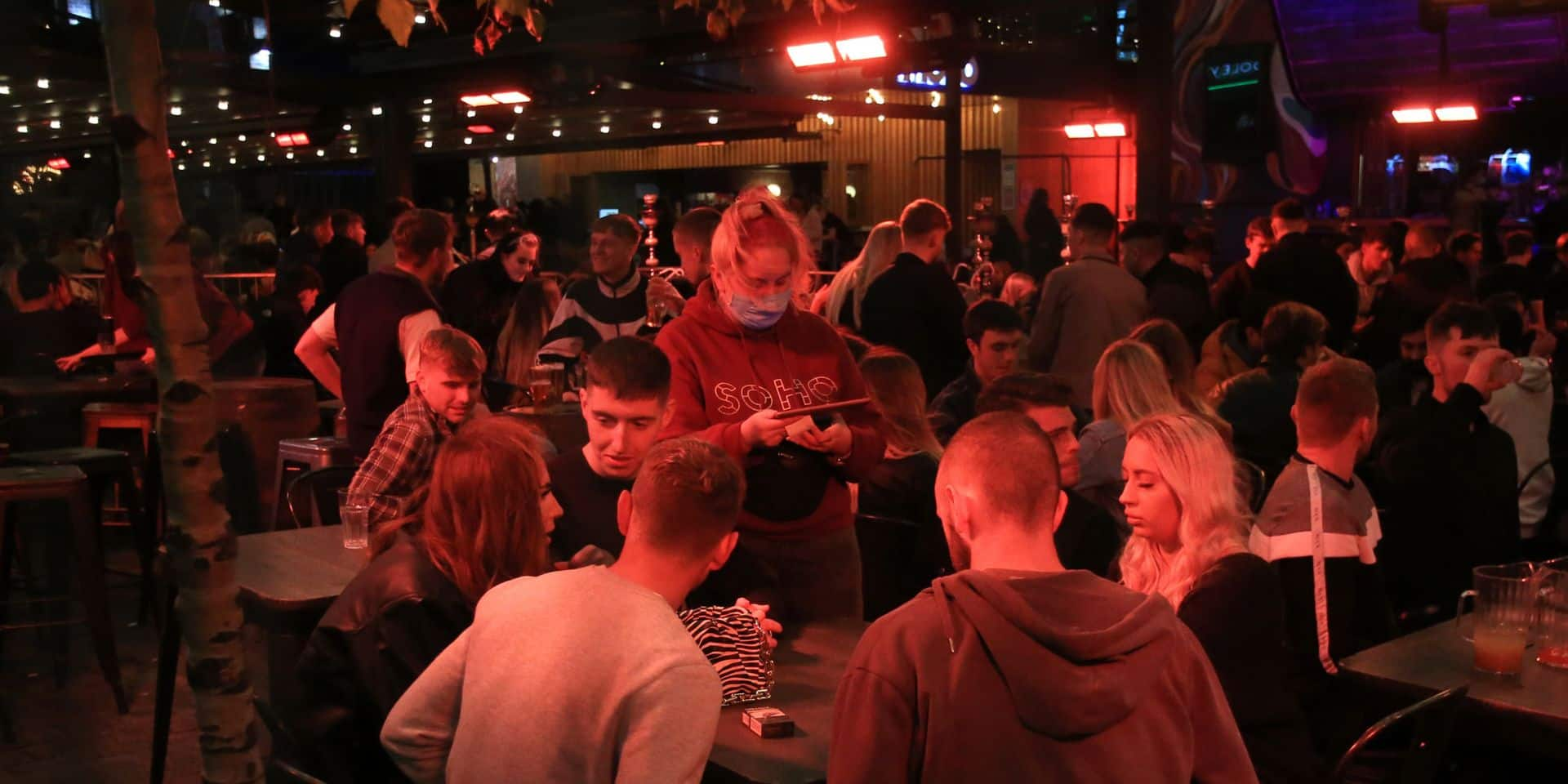 """Le jeu dangereux des """"faux restos"""", ces bars qui se prennent pour restaurants pour contourner les règles"""