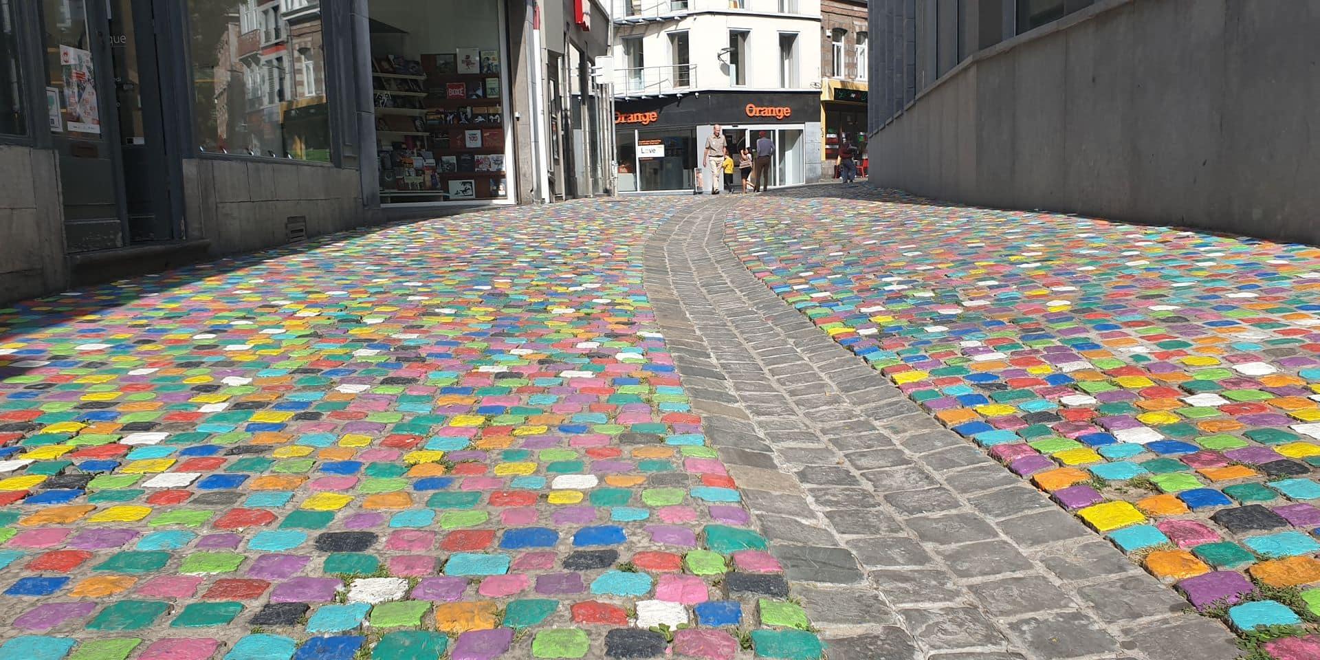 Mons: la rue des Fripiers a terminé sa mue colorée