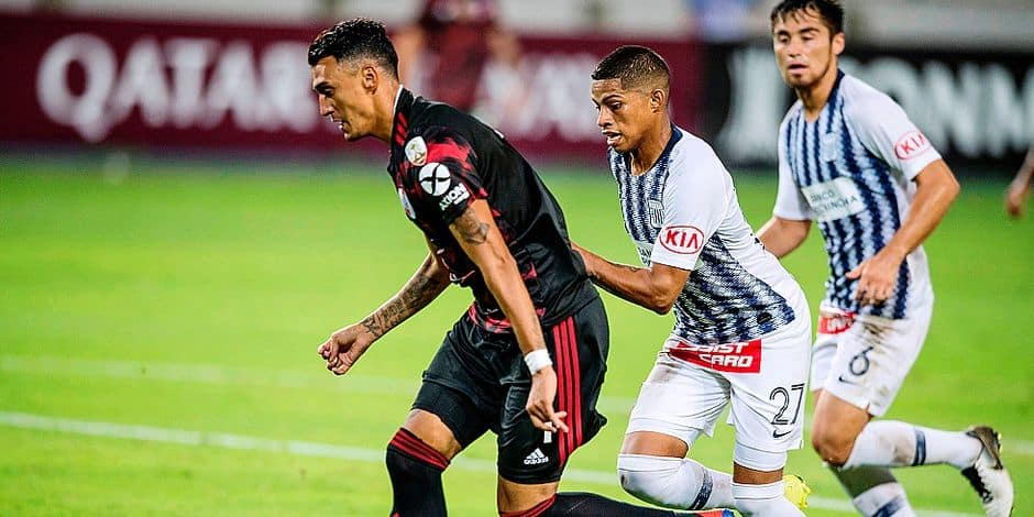 Argentina's River Plate Matias Suarez (L) vies for the ball with Kevin Quevedo from Peru's Alianza Lima during their Libertadores Cup football match at the National stadium in Lima on March 6, 2019. (Photo by ERNESTO BENAVIDES / AFP)