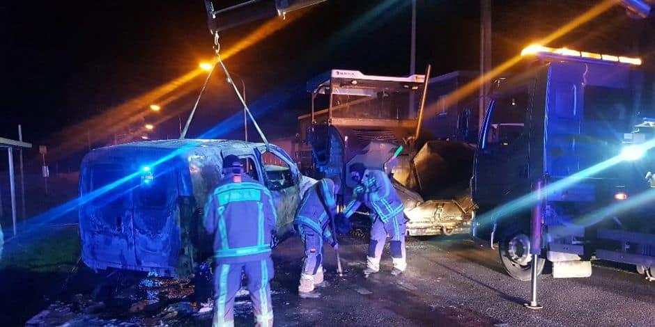 Une voiture prend feu à Beaumont après avoir percuté l'arrière d'une machine à asphalter