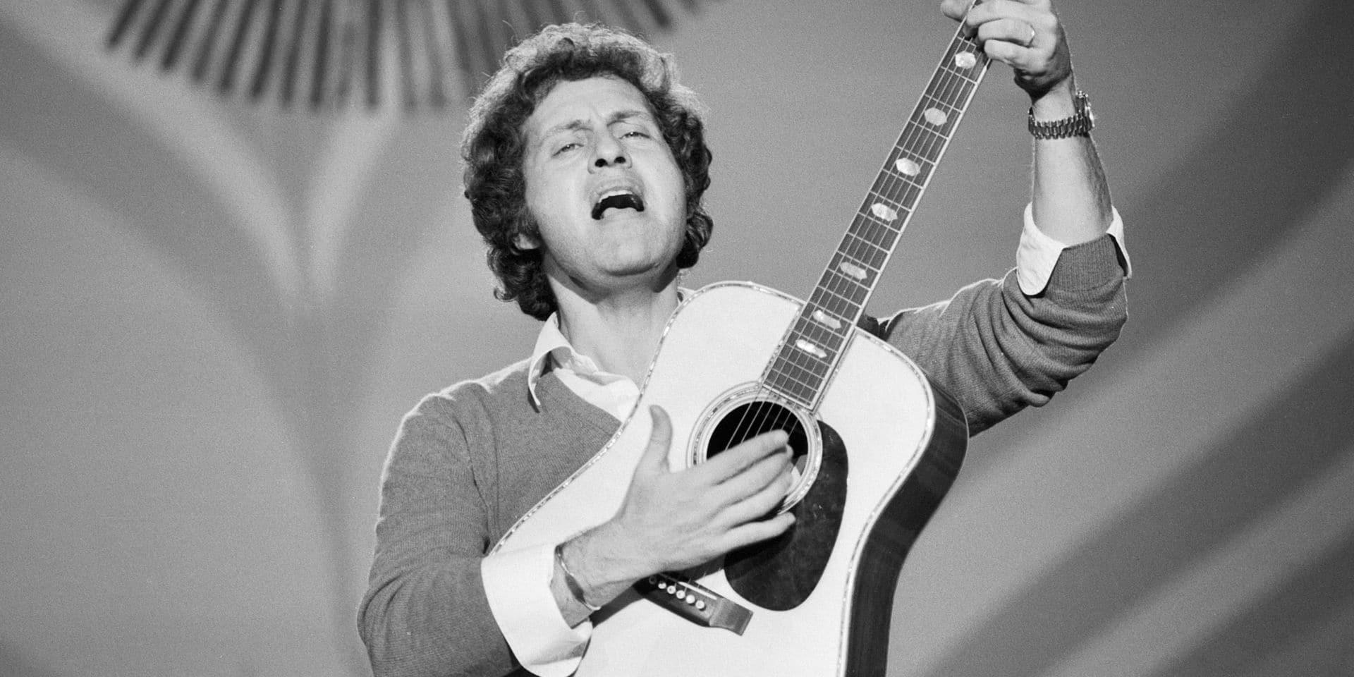 Joe Dassin Joe Dassin, französischer Chansonsänger, bei einem Auftritt in Deutschland, um 1970. French chanson singer J