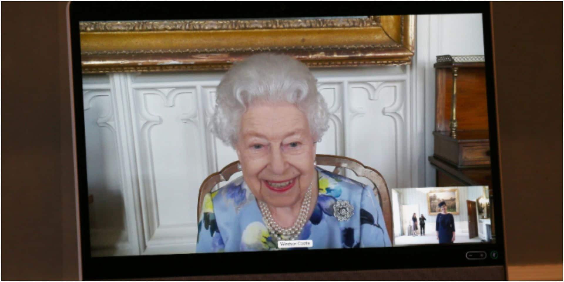 Dix jours après les funérailles de Philip, la reine Elizabeth reprend ses obligations officielles, le sourire aux lèvres