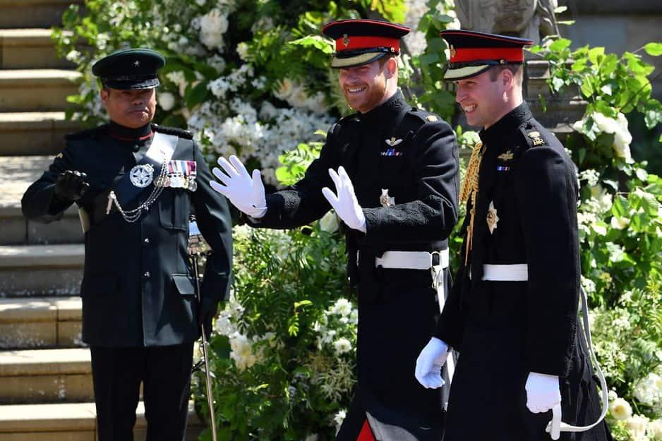 Le prince Harry est arrivé paré de ses nombreuses médailles militaires et en compagnie de son témoin : le prince William.