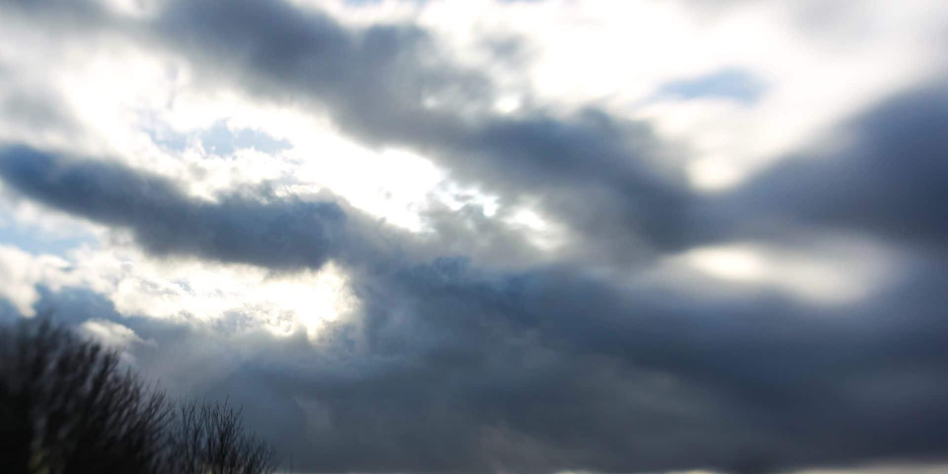 Un ciel nuageux avec des averses