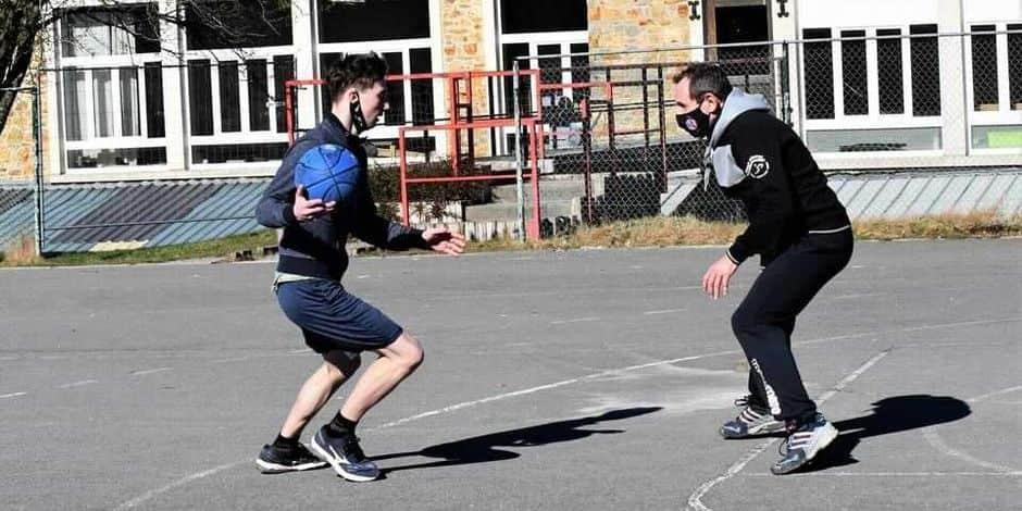 À Saint-Hubert, les basketteurs de + de 12 ans s'entraînent dehors