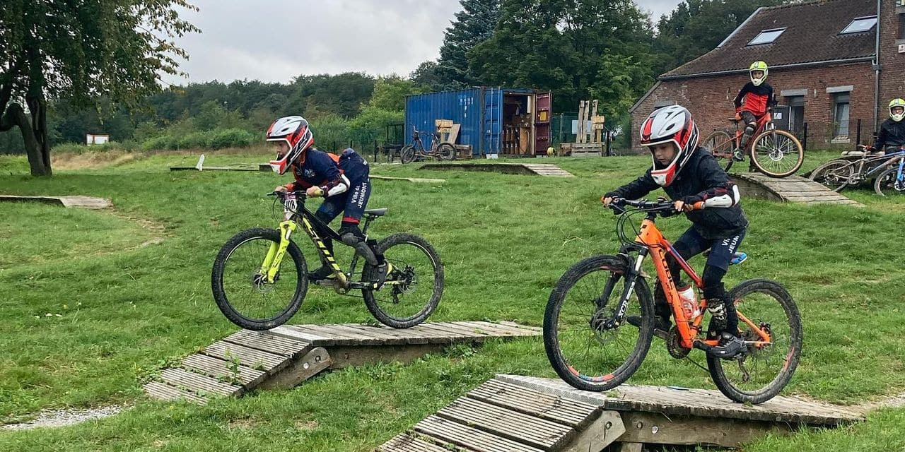 L'offre vélo aux Lacs de l'Eau d'Heure: descentes VTT, sauts en BMX, balades hors des sentiers battus, etc.