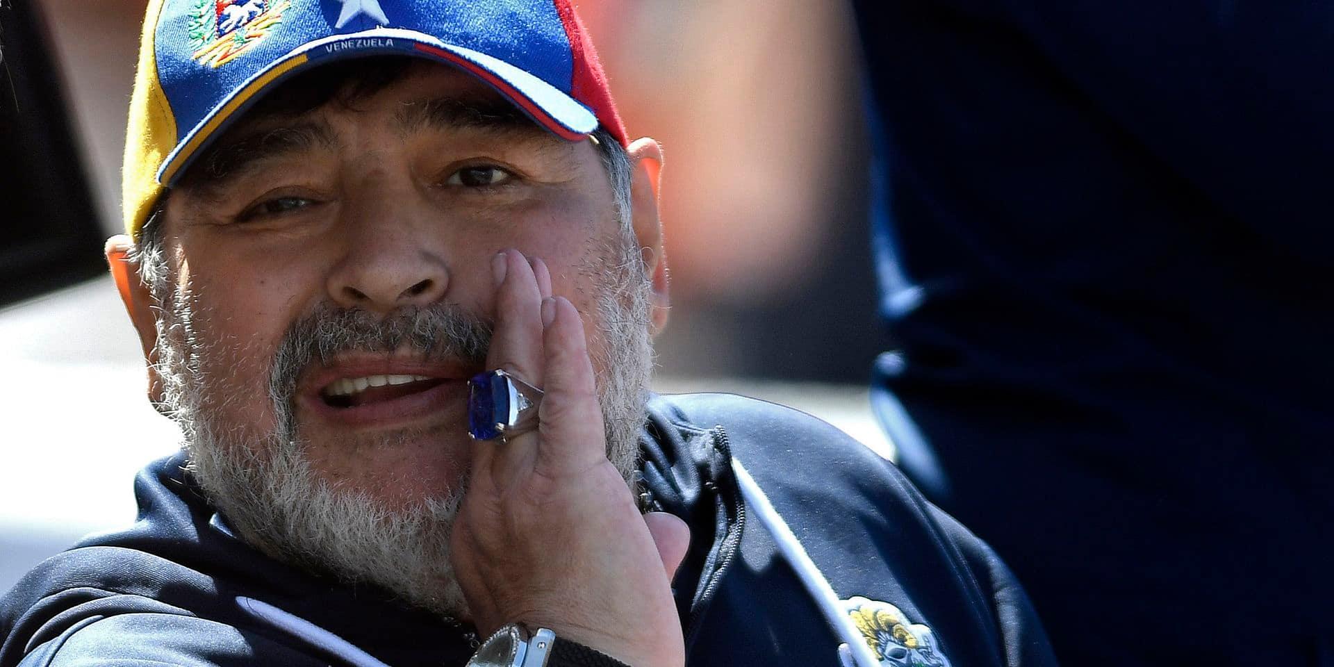 Maradona coache son équipe depuis... un trône