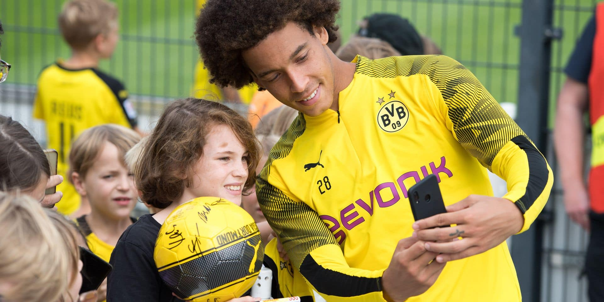 Axel WITSEL (DO) takes a selfie with the fans, fan, mobile phone photo, photo, smartphone, half figure, half figure, football 1. Bundesliga, training, Borussia Dortmund (DO) on 20.08.2019 in Dortmund / Germany. ¬ | usage worldwide Reporters / DPA
