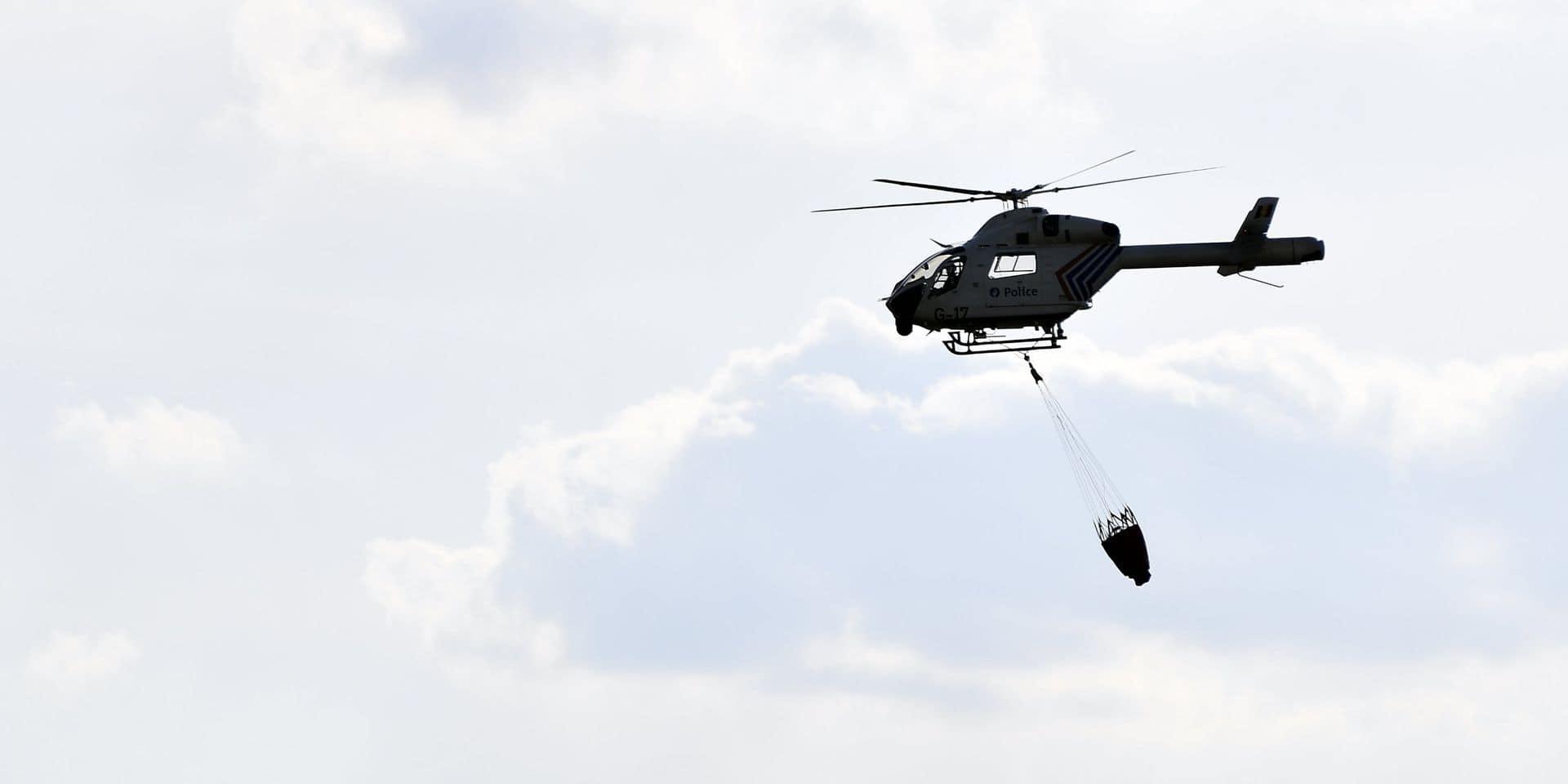 Un hélicoptère en route pour éteindre un incendie dans le Bois de Baudour