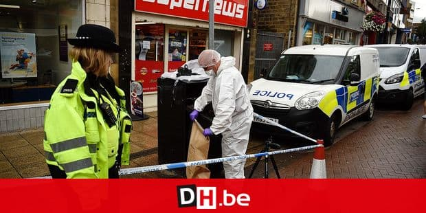 """A police forensics officer seals an evidence bag as he works inside a cordon in Peel Square, following a stabbing incident in the centre of Barnsley, northern England on September 8, 2018. - Police made an arrest on Saturday following a """"serious incident"""" in the northern English city of Barnsley that left one man with stab injuries. Traders at a local covered market said they and parts of the town centre were locked down over the incident, sparked by reports of an individual with a knife. (Photo by Oli SCARFF / AFP)"""