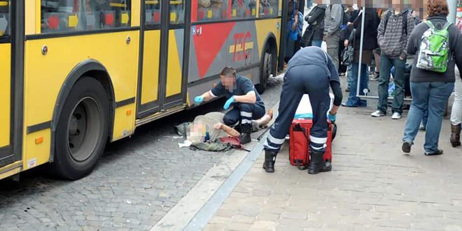 Un blessé pris en charge devant un arrêt de bus