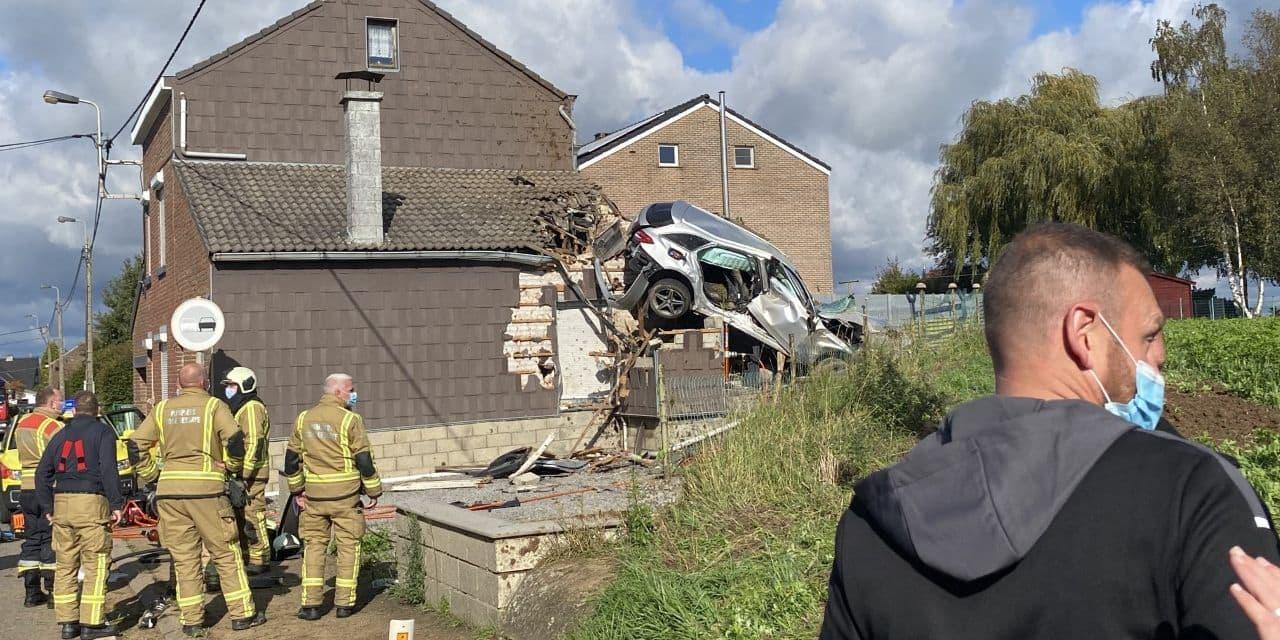 Un blessé grave dans un accident à Faimes : une voiture finit sa course sur un toit !